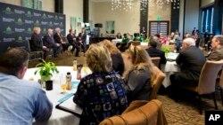 28일 플로리다주 세미나에 참가한 소규모 자영업자들. 세제 개혁이 중소기업에 미치는 영향에 대해 토론 중이다.