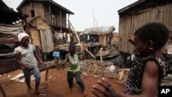 Crianças nigerianas brincam na rua