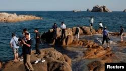 지난 2011년 9월 중국인 관광객들이 금강산 관광지구 내 해변가를 돌아보고 있다.