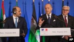 Fransa Dışişleri Bakanı Laurent Fabius (ortada), Suriye Ulusal Koalisyonu Başkanı Ahmed Carba'yla basına açıklama yaparken