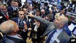 Proses penjualan langsung saham LinkedIn di lantai Bursa Saham New York (13/6). (AP/Richard Drew)