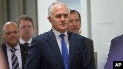 Malcolm Turnbull didampingi para pendukungnya di Partai Liberal Australia pada pemungutan suara internal hari Senin di Canberra (14/9).