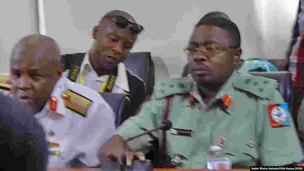 Shuwagabanin zanga-zangar Chibok da Manyan jami'an sojojin Najeriya a Abuja, 6 ga watan Mayu 2014.