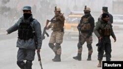 Polisi Afghanistan mengawasi lokasi serangan bom bunuh diri di Kabul. (Foto: Dok)