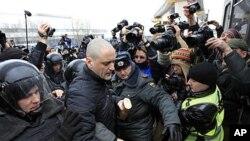 Cảnh sát bắt giữ nhà hoạt động đối lập Sergei Udaltsov bên ngoài đài truyền hình NTV ở Moscow, Chủ Nhật, 18/3/2012