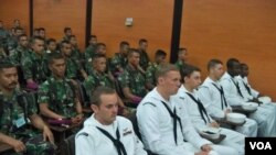 Prajurit Angkatan Laut Indonesia dan AS mengikuti upacara pembukaan CARAT 2012 (foto: Petrus Riski/VOA).