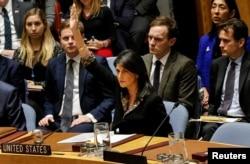 니키 헤일리 유엔주재 미국 대사가 18일 안보리 '예루살렘 결의안' 표결에서 상임이사국으로서 거부권을 행사하고 있다.