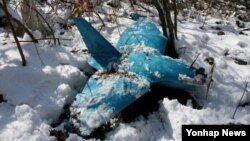 6일 한국 강원도 삼척의 한 야산에서 발견된 북한제 추정 무인항공기. 이 무인항공기는 지난해 10월 처음 목격한 주민의 뒤늦은 신고로 수색 끝에 발견됐다.