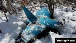 6일 한국 강원도 삼척의 한 야산에서 발견된 북한제 추정 무인항공기. 이 무인항공기는 지난 3일 주민의 신고로 수색 끝에 발견됐다.