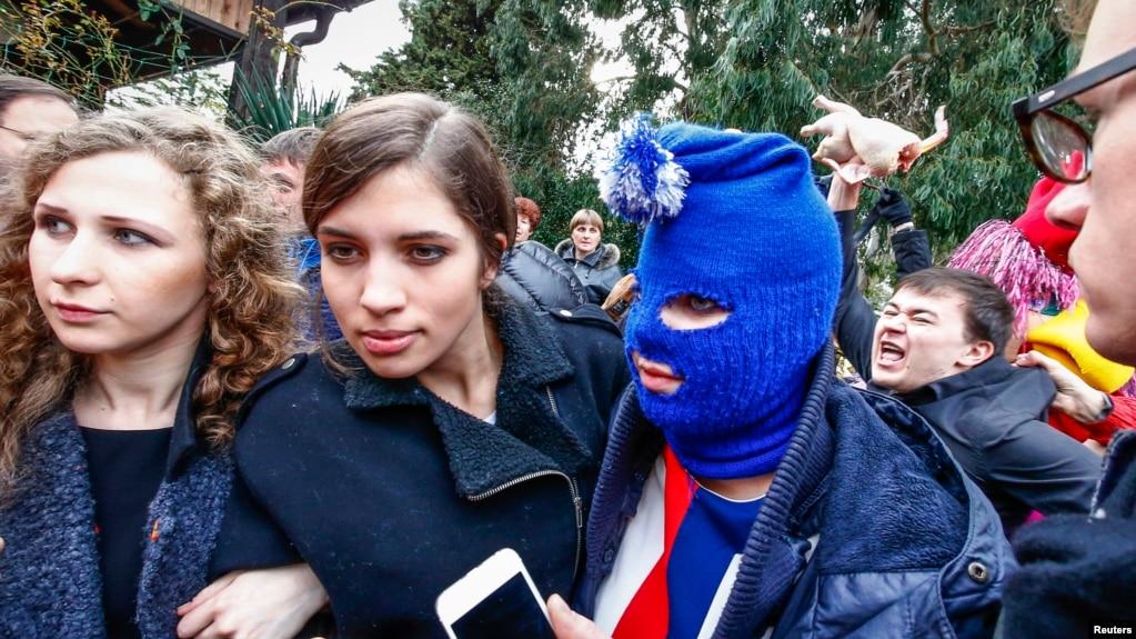"""Ca sĩ Maria Alyokhina (trái) của ban nhạc Pussy Riot: """"Đó là tình huống nguy hiểm khi các nhà báo bắt đầu phục vụ lợi ích của quyền lực vì đó là lý do tự do có thể bị mất đi."""""""