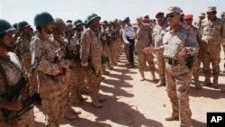 Bộ trương Quốc phòng Yemen Mohammad Nasser Ahmad nói chuyện với binh sĩ tại một căn cứ sự trong tỉnh Shabwa