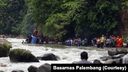Proses evakuasi penumpang bus Sriwijaya rute Bengkulu-Palembang yang terjun ke jurang di Liku Lematang, Desa Prahu Dipo, Kecamatan Dempo Selatan, Pagaralam, Sumatera Selatan, Selasa. 24 Desember 2019. (Foto: Basarnas Palembang)