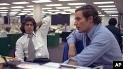 Les journalistes, Bob Woodward, à droite, et Carl Bernstein, dont le reportage sur l'affaire Watergate leur a valu un prix Pulitzer, à la redaction du Washington Post à Washington, le 7 mai 1973.