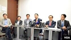 5位泛民主派功能組別立法會議員及積極考慮參選的姚松炎召開記者會,分析各界別新登記選民人數增減。(VOA湯惠芸攝)