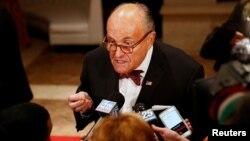 Ông Rudy Giuliani trả lời các phóng viên hôm 31/12.