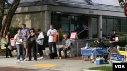 En Chevy Chase, en el estado de Maryland, activistas de los distintos candidatos alentaban a los ciudadanos a votar en las primarias Demócrata y Republicana.