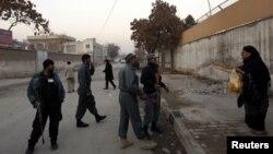 Polisi Afghanistan mengamankan lokasi serangan pembom bunuh diri di Kabul, yang melukai kepala intelijen Afghanistan, Asadullah Khalid hari Kamis (6/12).
