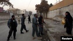 Polisi Afghanistan mengamankan lokasi serangan bunuh diri di Kabul yang melukai kepala intelijen Afghanistan (6/12).