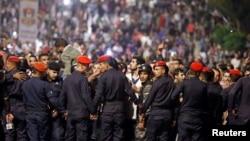 نیروهای امنیتی اردن از مراکز دولتی در مقابل معترضان حفاظت می کنند.