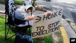 Joanne Gavin, una oponente a aplicación de la pena de muerte, se manifiesta frente a la prisión en Huntsville, Texas.