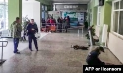 Para penyelidik tengah memeriksa lokasi penembakan di dalam gedung universitas Perm, 20 September 2021. (Komite Investigasi Rusia via AFP)