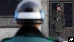 Severnokorejski (desno) i južnokorejski vojnik gledaju jedan u drugog sa dve strane demilitarizovane zone koja razdvaja dve zemlje od završetka Korejskog rata 1953.