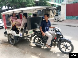 FILE - Mobilituk driver Ker Sarout is shown in Phnom Penh, Dec. 20, 2016. (Hean Socheata/ VOA Khmer)