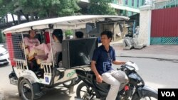 A mobilituk driver Ker Sarout in Phnom Penh on December 20, 2016. (Hean Socheata/ VOA Khmer)