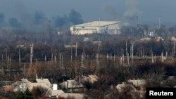 9일 우크라이나 동부 도네츠크에서 친러시아계 반군과 정부군 간 교전이 있은 후 인근 국제공항에서 연기가 피어오르고 있다.