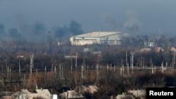 Topçu ateşine tutulan hükümet kuvvetlerinin elindeki Donetsk Havaalanı'ndan dumanlar yükseliyor