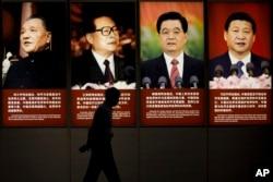 北京一家博物馆里挂着中国几届领导人的肖像:邓小平,江泽民,胡锦涛,习近平,及其关于和平与发展的语录(2015年7月7日)