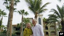 2012年2月美国国务卿希拉里·克林顿和澳大利亚外长陆克文在20过集团外长会议期间合影。