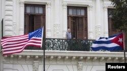 Un turista observa desde el balcón de un hotel en La Habana. Los viajes a la isla ahora son más fáciles.
