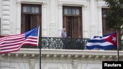 쿠바 수도 아바나의 한 호텔에 미국 성조기와 쿠바 국기가 나란히 걸려있다. (자료사진)