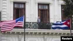 지난달 19일 쿠바 아바나의 호텔 발코니에서 관광객들이 밖을 내다보고 있다. (자료사진)