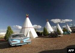 66 Numaralı Karayolu'nda motel olarak kullanılan Kızılderili çadırları