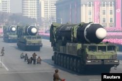 Arhiva - Interkontinentalna balistička raketa tokom vojne parade povodom proslave 70. godišnjice Korejske narodne armije na Skveru Kim Il Sunga, u Pjongjangu, na fotografiji koju je objavila sjevernokorejska Centralna novinska agencija (KCNA), 9. februara 2018.