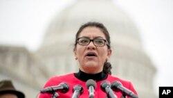 Rashida Tlaib, anggota Kongres AS keturunan Palestina berbicara di depan Gedung Capitol di Washington DC (foto: dok).