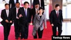 7일 한국 서울에서 여야대표와 북핵 대응 긴급 3자회동을 갖기 위해 국회 본관에 들어서는 박근혜 한국 대통령 당선인.