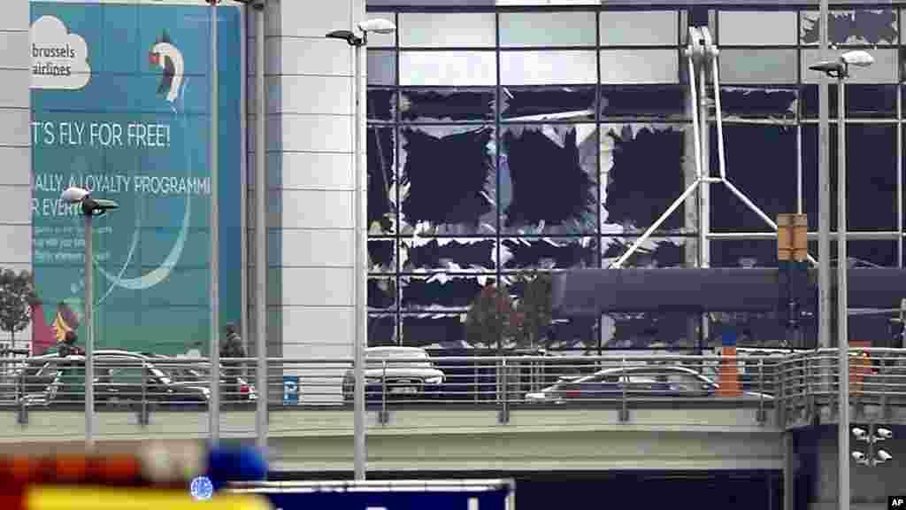 Vitres brisées à l'aéroport international de Bruxelles-Zaventem, le 22 mars 2016.