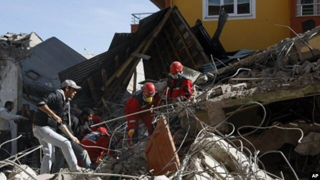 Rescuers work to save people from of collapsed buildings in Ercis, Van, eastern Turkey, October 24, 2011.