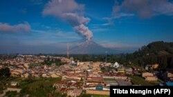 Gunung Sinabung menyemburkan awan panas dan asap ke udara tampak dari Karo, Sumatra Utara, 10 Mei 2021. (Foto: Tibta Nangin/AFP)