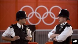 Polisi Inggris berjaga-jaga di luar 'Olympic Park' di London. Polisi menemukan bungkusan mencurigakan di Hyde Park, London hari Sabtu pagi (28/7).