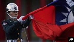台湾仪仗队士兵在台北蒋介石纪念堂升起中华民国国旗(资料照片)