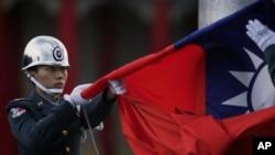 台湾士兵每天傍晚在台北中正纪念堂前降下台湾国旗。(资料照片)