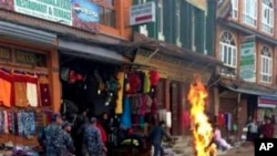 Polisi Nepal segera bergerak saat seorang biksu melakukan aksi bakar diri di Katmandu, Nepal (13/2). Biksu dari biara Kirti di Ngaba ini merupakan korban tewas ke-100 dengan aksi bakar diri sebagai ungkapan protes kepada pemerintah Tiongkok yang menguasai wilayah mereka.