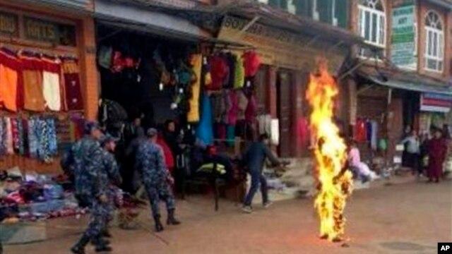 13일 네팔 카트만두에서 분신을 시도한 티베트 승려. (자료사진)