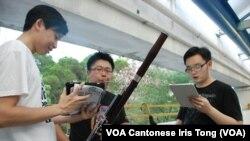幾位香港大學生在屋公共屋邨演奏樂器、唱民運歌曲宣傳佔中全民投票