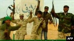 Hình ảnh trên truyền hình nhà nước Libya ngày 11 tháng 3, 2011 cho thấy lực lượng ủng hộ ông Gadhafi ăn mừng việc đẩy lui phiến quân ở thành phố Ras Lanuf
