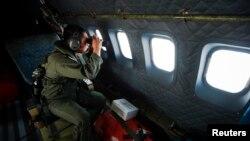 Član posade Malezijskog kraljevskog vazduhoplovstva učestvuje u potrazi za nestalim avionom Malezija Erlajnz